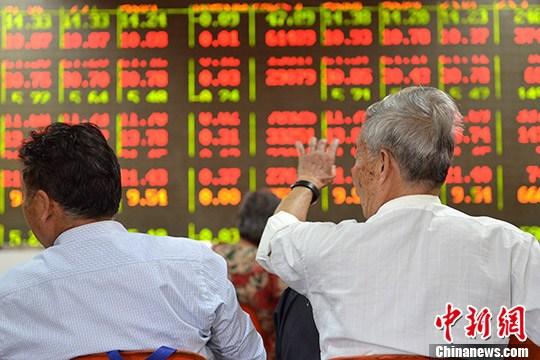 9月8日,成都某证券营业部的股民在大盘前讨论。 <a target='_blank' href='http://www.chinanews.com/'></p><p class=