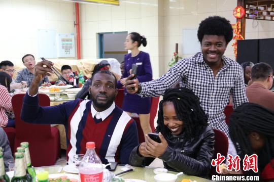 华侨大学年夜饭上的安哥拉学生。 林奕琪摄