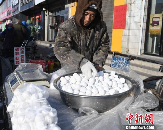 57岁的杨凤和带着一袋袋手工制作的粘豆包来售卖,这是他和老伴共同包的,香糯的小豆馅,粘甜可口的江米,深受附近村民的喜爱。 张瑶摄