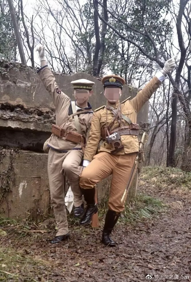 2名着日本二战军装男子在南京紫金山摆拍