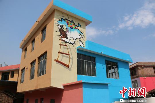 广西柳州贫困村变身七彩童话村助力村民脱贫