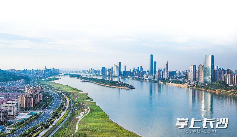 记者的航拍镜头里,湘江两岸绿带与清澈的江面尽显山水洲城的清新。  长沙晚报记者罗杰科邹麟摄影报道