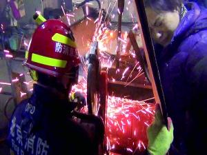 工业打墨机夹手女子被困消防帮忙救援