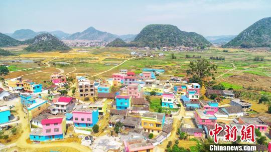 图为航拍柳州市柳城县大埔镇田垌村鸦鹊屯,数百户村民房子被涂上红、黄、橙、蓝等颜色。 王以照摄