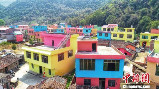 放眼望去五颜六色的房子配上栩栩如生的3D涂鸦画,仿佛置身童话世界一般。 王以照摄