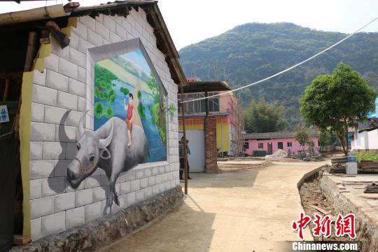 该屯改造后,墙面绘制有各种风格的3D涂鸦画。 林馨摄