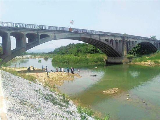在加茂河边,村民捞出3枚侵华日军炮弹(由受访者供图)。