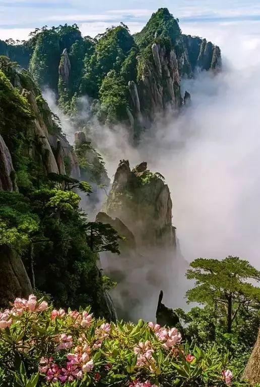 三清山又名少华山,丫山,位于江西上饶市玉山县与德兴市交界处,因玉京