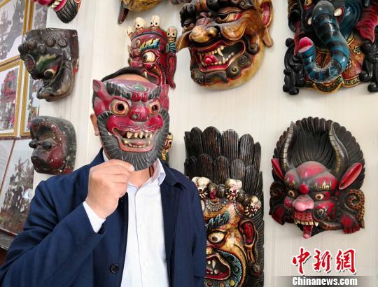 图为展示傩面具。 刘薛梅摄