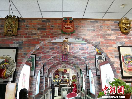 图为贾森栋收藏的傩面展厅。 刘薛梅摄