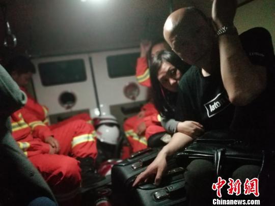 图为被困风区人员转移至装甲车上。 范辰摄