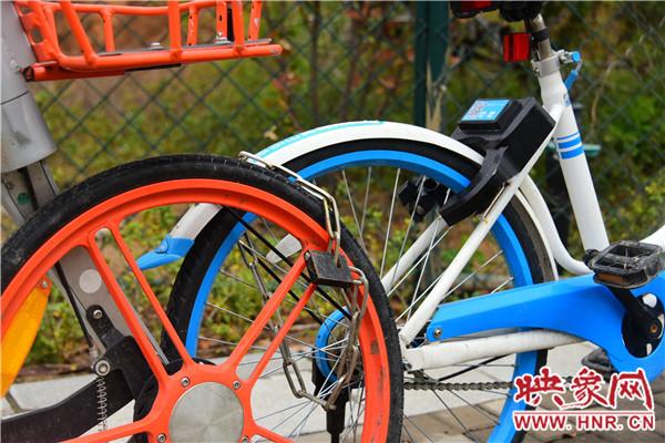 共享单车车锁被破坏,私人锁上链子锁。