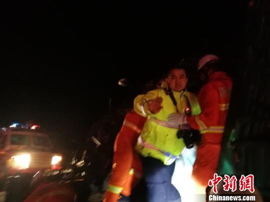 """新疆消防装甲车""""勇斗""""九级狂风营救11名被困群众"""