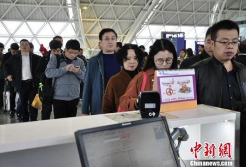 图为旅客等待进入客舱。 吕俊明摄