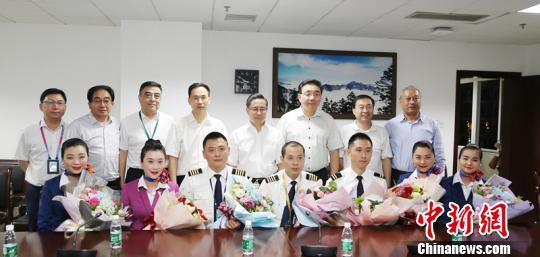 5月14日晚,机组亮相成都市第一人民医院,前排中间男性为机长刘传健。 时光摄