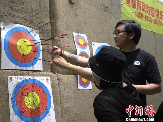 袁敏正和丈夫检查自己的成绩。 魏尧摄