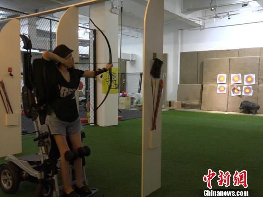 袁敏正在练习射箭。 魏尧摄