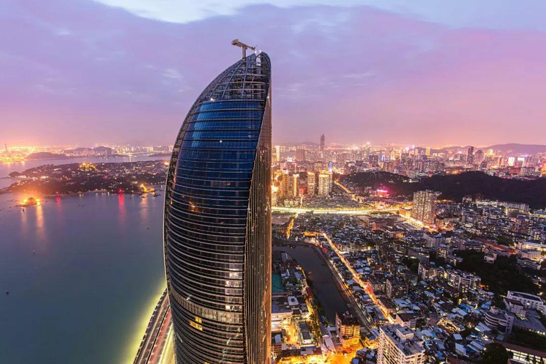 比马来西亚首都吉隆坡的双子塔更胜一筹.