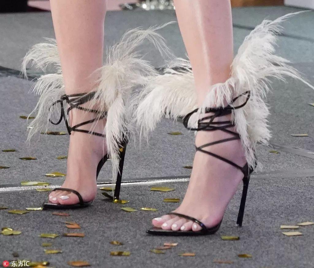 她们脚上的这双细带缠绕鞋美到心颤,今夏凉鞋榜第一!