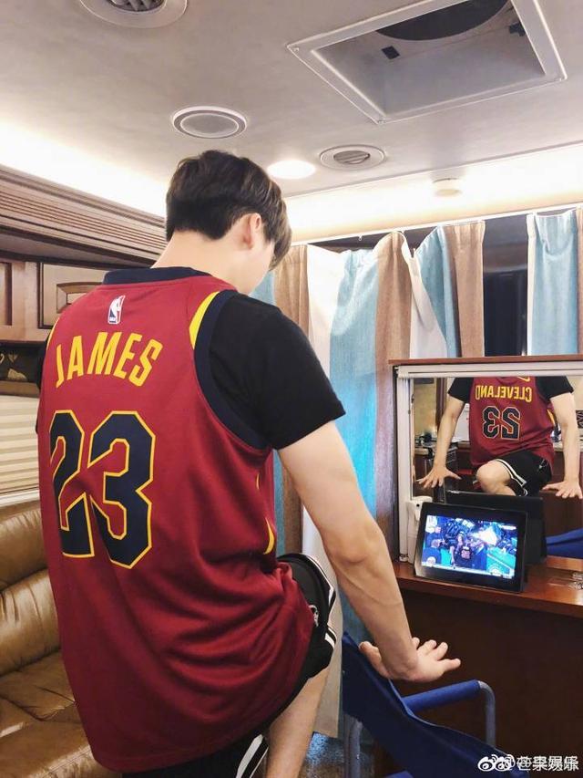 李易峰穿球衣上班,妥妥的詹姆斯球迷一枚啊