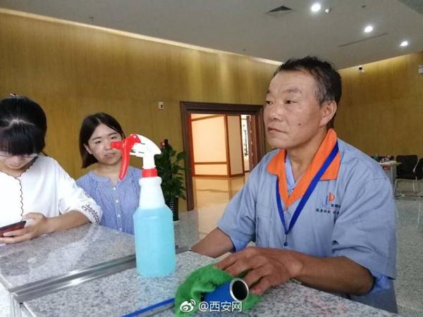 陕师大58岁保洁员自学书法技惊四座 赠学生字画