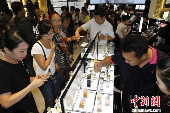 图为游客在三亚免税店购物。资料图。 尹海明摄