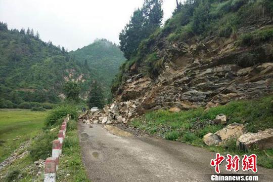 图为8月4日,甘肃甘南州碌曲县,强降雨导致山体滑坡,落石阻断道路。 刘斌摄