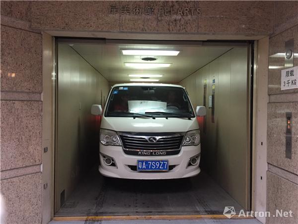 葛宇路乘的车从电梯直接落在展厅