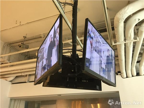 展览现场同时显示直播画面