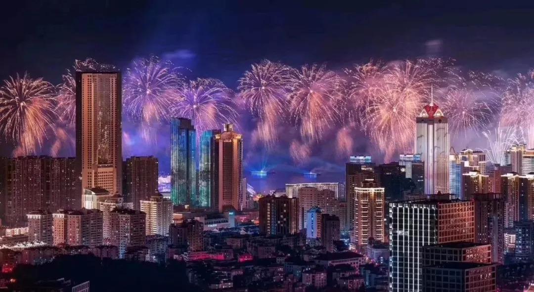 """青岛历史悠久 但青岛的夜景  在上合峰会的华丽""""绽放""""后 上合焰火灯光"""