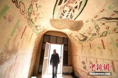 """尽管与敦煌壁画""""守望""""了一生,李云鹤笑言""""总也看不够""""。(杨艳敏摄)"""
