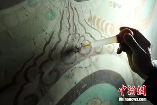 面对修复材料和技术的空白,李云鹤自己动手发明了的壁画修复仪器。(杨艳敏摄)
