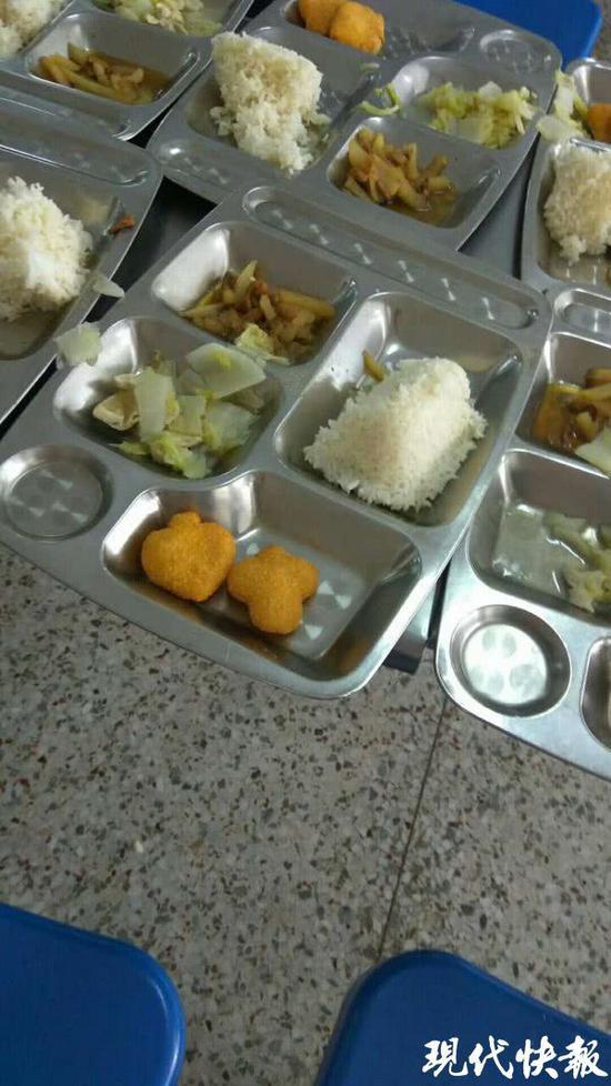 学校提供的餐盘照片 校方供图