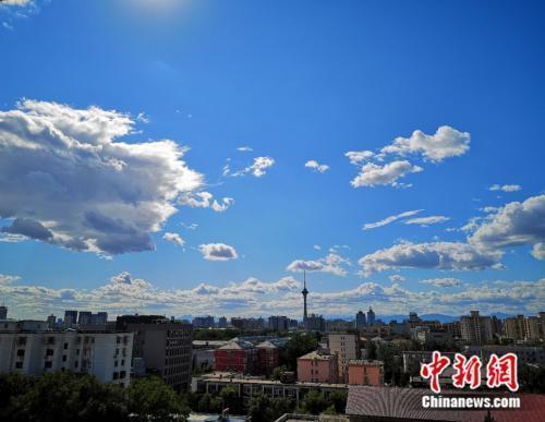 资料图:9月3日,北京地区大气能见度较好,蓝天白天展现初秋景象。阚枫摄