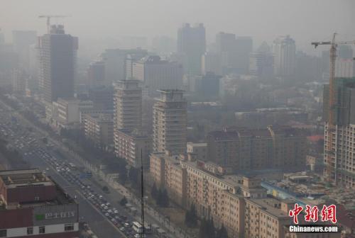 资料图:北京城笼罩在雾霾中。中新社记者刘关关摄