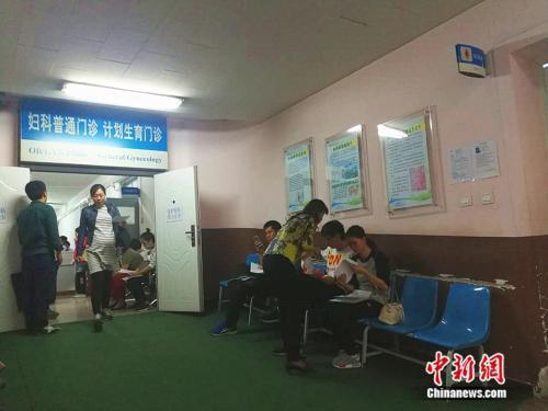 资料图:北京大学第一医院妇儿门诊内,准妈妈在进行检查。 中新网记者张尼摄