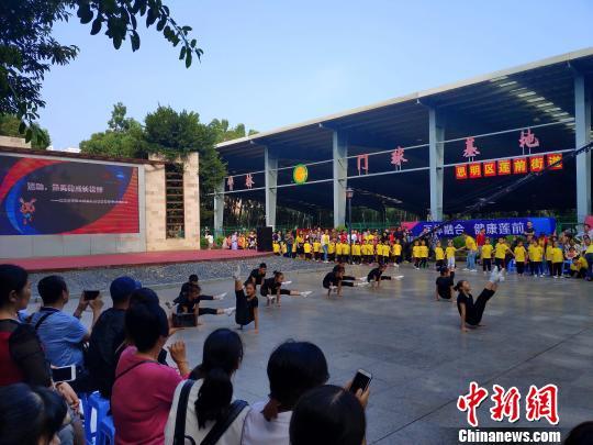 北京西城区体校健美操小冠军队员现场表演健美操基本动作。 杨伏山摄