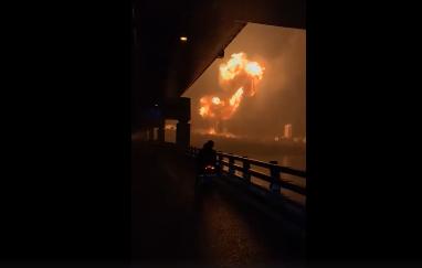 根据网友拍摄视频显示,事发地点发生爆炸。视频截图
