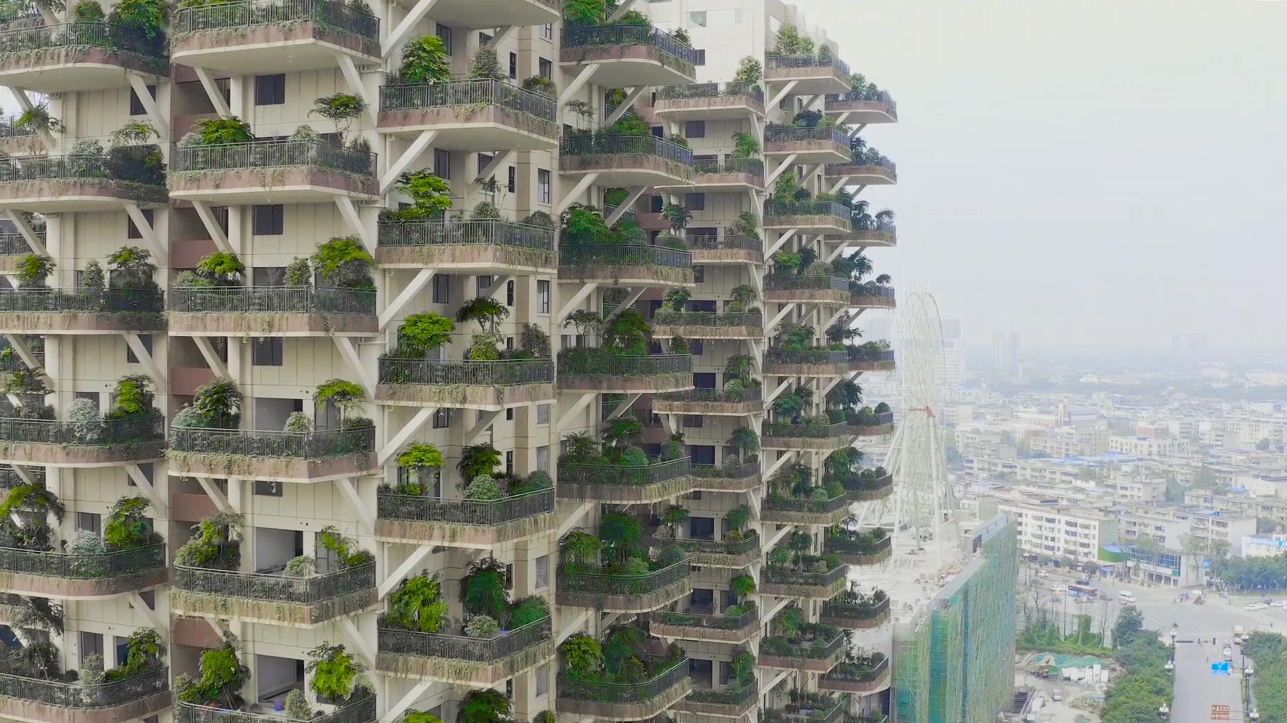 """以上诸多优势,将使它如同上世纪八九十年代的电梯房一样,很快就让上世纪六七十年代之前所建的房子全都贬值成了""""棚户区"""",逐渐被人们淘汰,仅此一项,就彻底改变了中国一百多年来贫穷落后的城市面貌,改善了人们的居住环境,并支撑中国经济快速发展了三十年,带来累计几十万亿的税收、几百万亿的住房产值、以及几千万人的就业岗位。 同时,一片第四代建筑,就如同给城市增添了一片森林,它所带来的""""垂直绿化""""面积也使政府不用多投入一寸土地和任何资金,即可改善城市环境,改善人们的居住环境"""