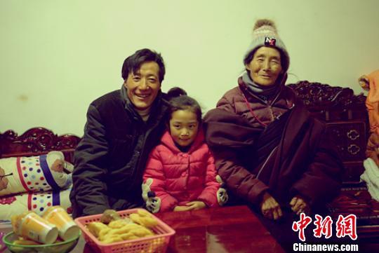 龚垭乡雨托村村民扎西多吉与母亲和小女儿。 刘忠俊摄