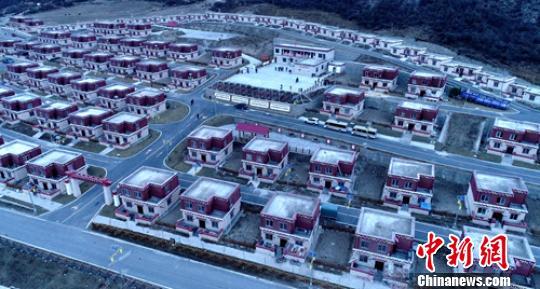 龚垭乡雨托村一幢幢漂亮的藏式民居错落有致。 刘忠俊摄