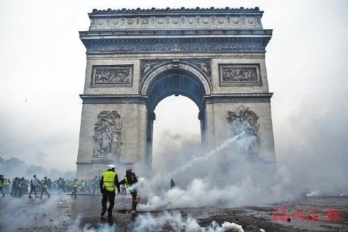 ▲为抗议法国政府出台上调汽油及柴油税的政策,11月24日,法国超10万人走上街头。图/视觉中国