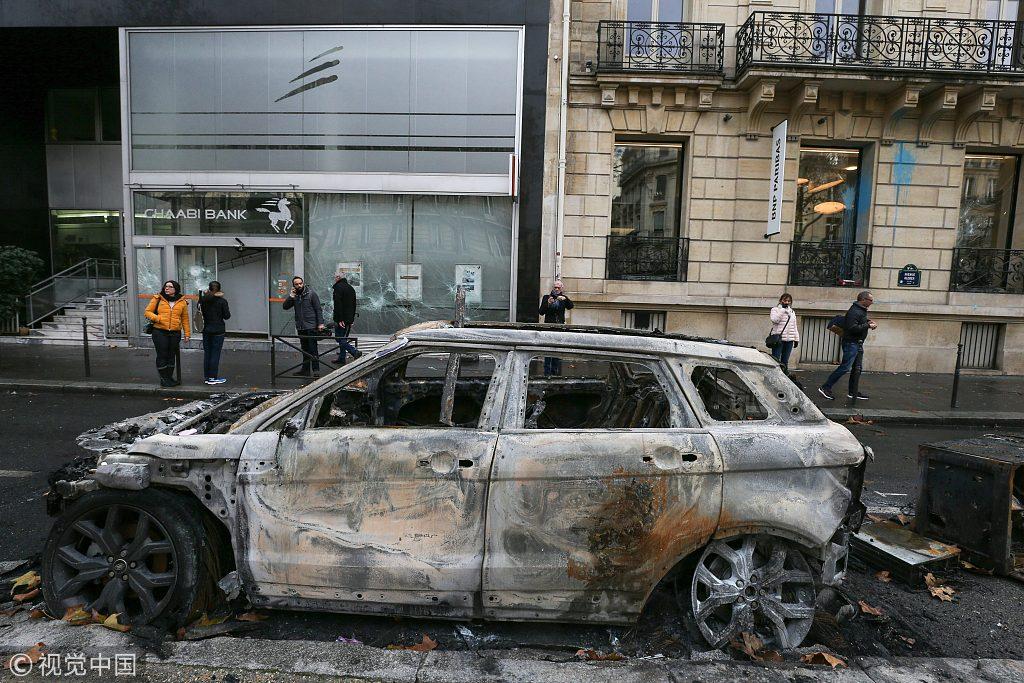 """▲当地时间2018年12月2日,法国巴黎,""""黄背心""""示威游行后一遍狼藉。图/视觉中国"""