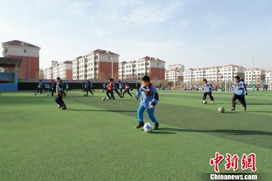 图为学校的足球课。李隽摄