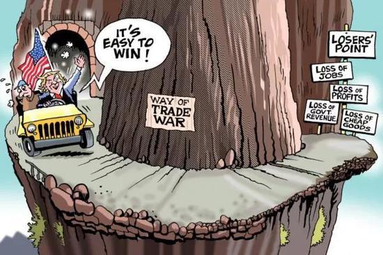 """▲[贸易战之路:死路一条]美国总统特朗普一边高喊""""打赢很容易!""""一边开车驶向""""贸易战之路"""",路的尽头是失败者之地:失业、亏损、政府税收损失和便宜商品减少。(美国卡格尔漫画网)"""
