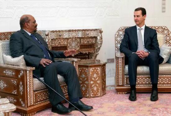▲12月16日,在叙利亚首都大马士革,叙利亚总统巴沙尔(右)与到访的苏丹总统巴希尔举走座谈。(新华社/美联社)