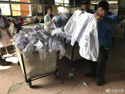 """""""丰源""""洗涤厂做事人员正在分拣病患衣物。见习记者于子敬摄来源:中国之声"""