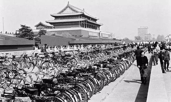 (图为80年代天安门前的自行车停放)