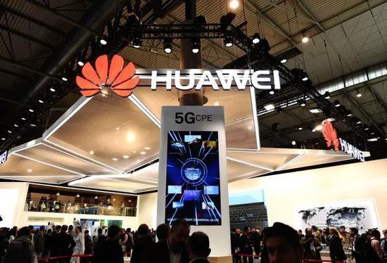 ▲图为在西班牙巴塞罗那移动通信大会上,华为公司展台用电子屏展现5G技术。(新华社)