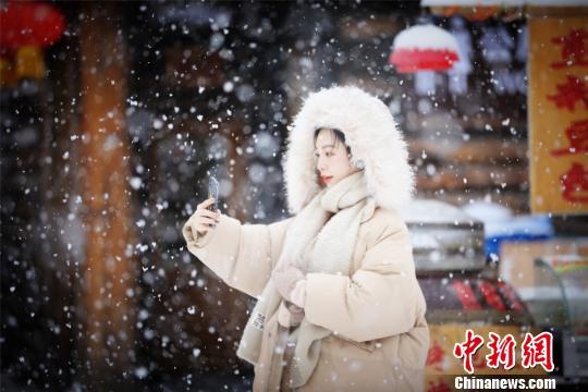 游人乐享飘雪美景王凤华摄